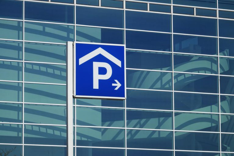 Dlaczego warto zostawić samochód na parkingu przy lotnisku?