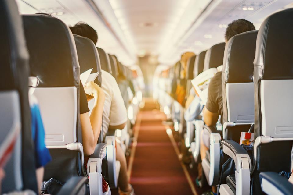 Pasażerowie siedzący w samolocie podczas podróży