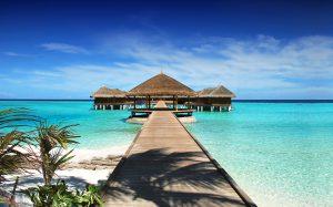 Zatoka na Malediwach z drewnianymi domkami i molo.