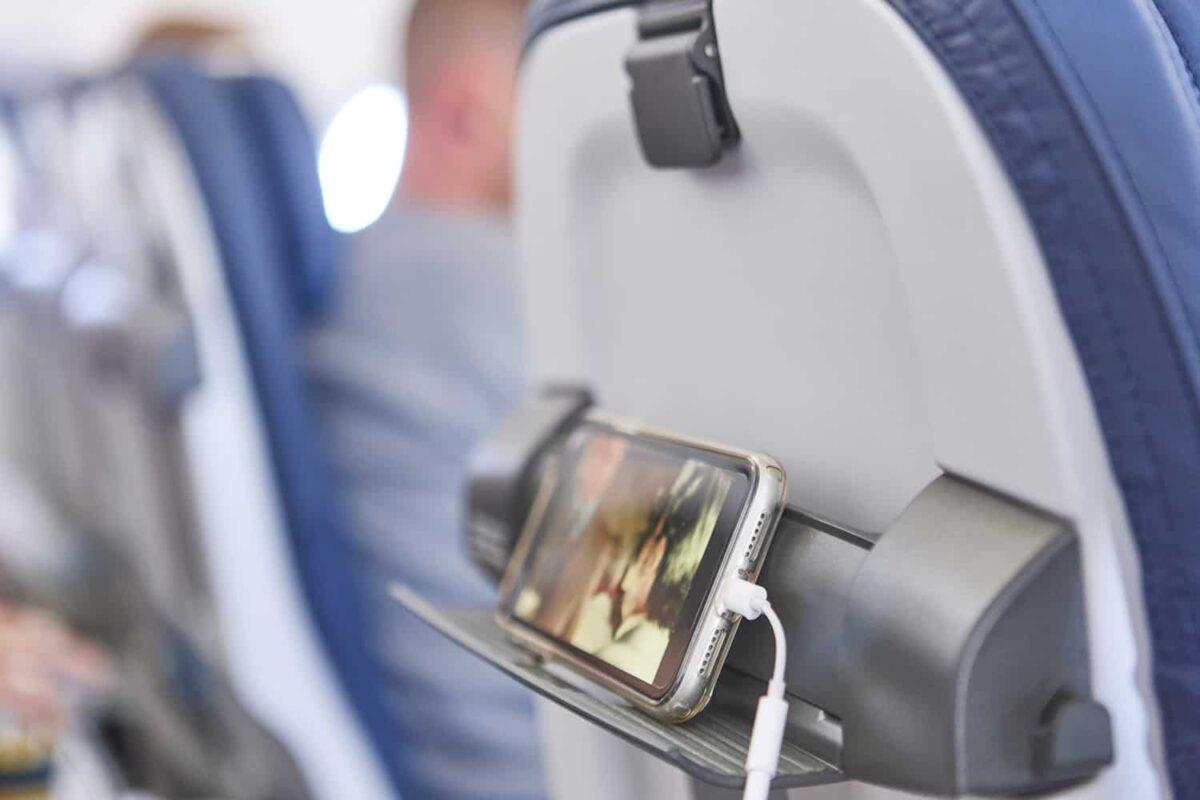 Ładowanie smartfonu na pokładzie samolotu