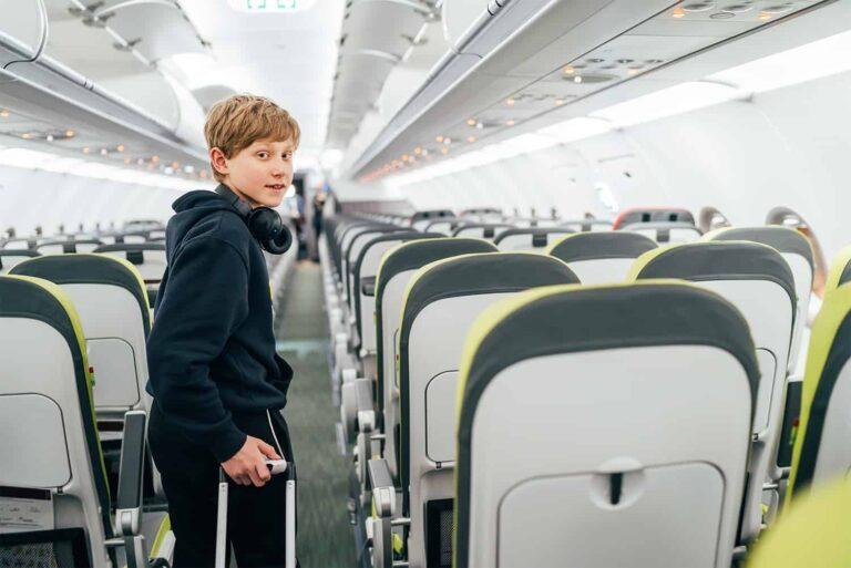 Nastolatek na pokładzie samolotu - czy i kiedy może lecieć bez opieki osoby dorosłej?