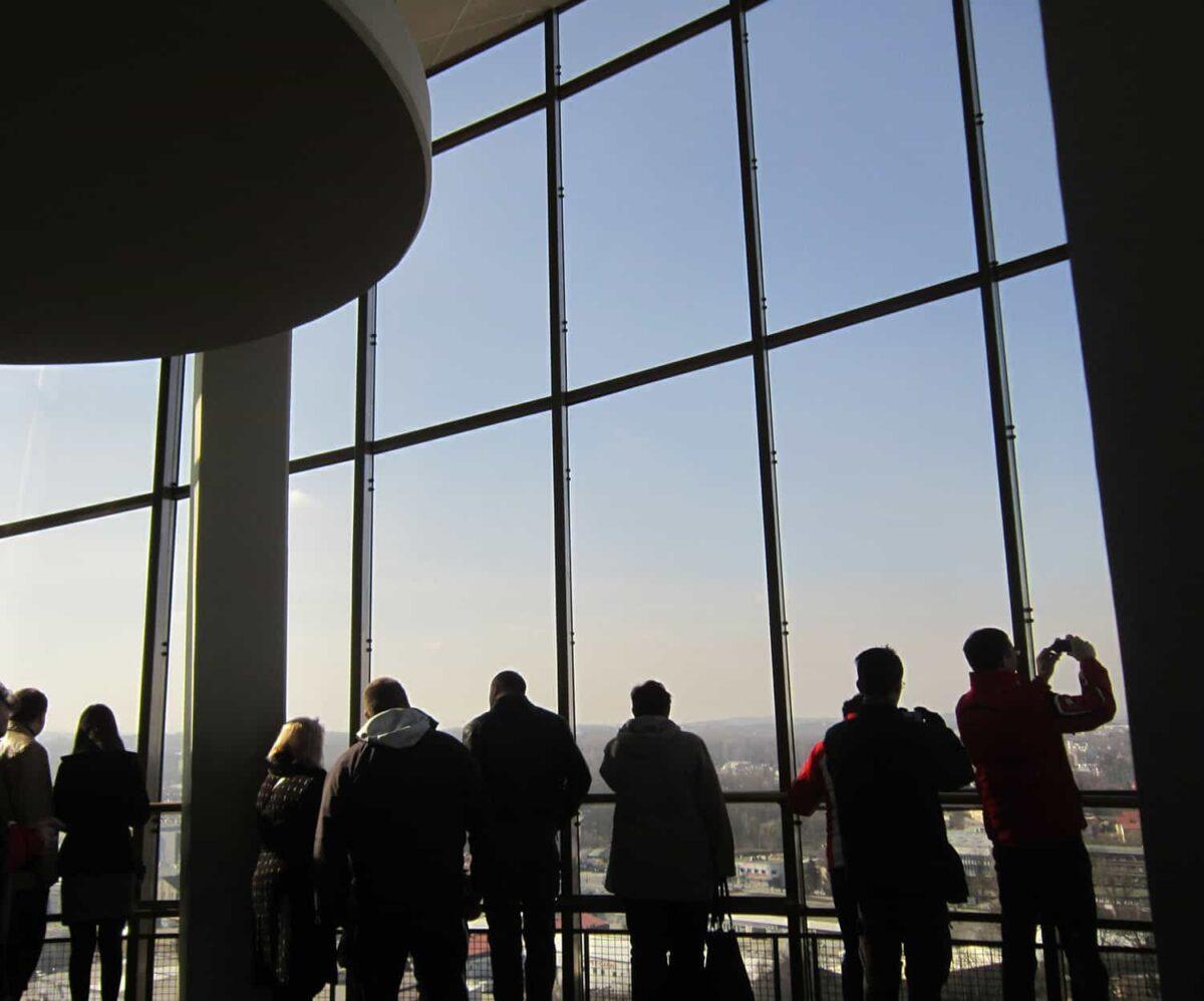 Pasażerowie w terminalu lotniska Kraków Balice